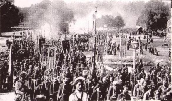 Хоругвеносцы во время крестного хода. Фото 1903 г. (РГИА).