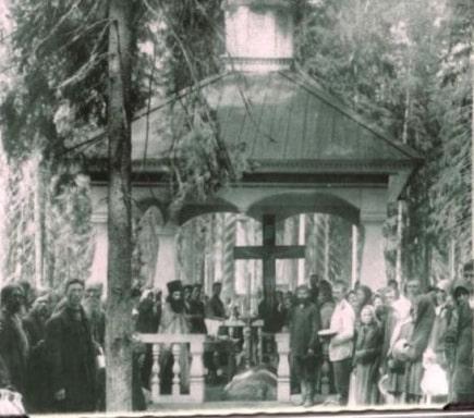 Молебен у места камня,   на котором 1000 дней и ночей молился преп. Серафим.   Фото 1903 г. (РГАКФД).