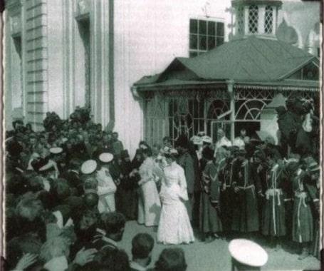 Приветствие монахинями Государынь Александры Феодоровны и Марии Феодоровны.    Фото 1903 г. (РГАКФД).