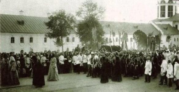 Крестный ход со св. мощами преп. Серафима во время всенощного бдения 18 июля 1903 г. (РГАКФД).