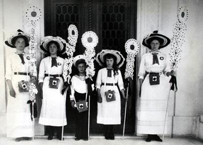 """Дореволюционное фото благотворительного праздника """"Белый цветок"""""""