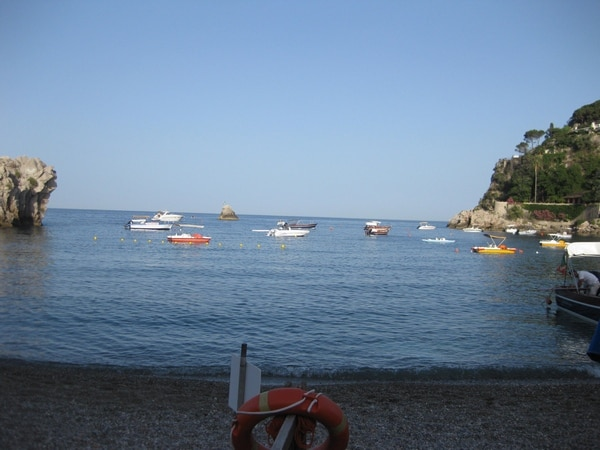 Спустившись к морю мы обнаружили всех итальянцев на пляже у экрана матча Италия-Испания на Евро-16. И благополучно воспользовались опустевшим морем...