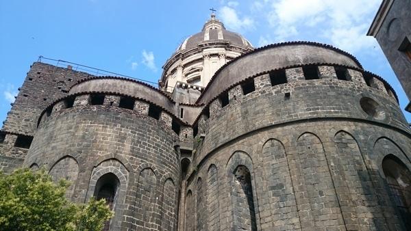Собор святой Агаты, частично отстроенный из вулканического камня.