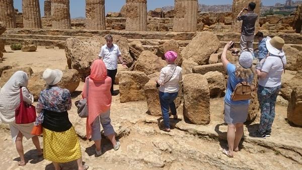 У самого крупного из сохранившихся храмов античности.