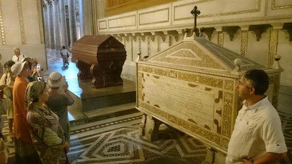 У гробниц сицилийских правителей, строивших собор.