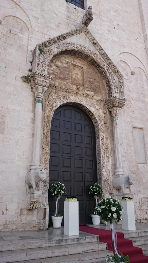 У входа в базилику свт. Николая в Бари