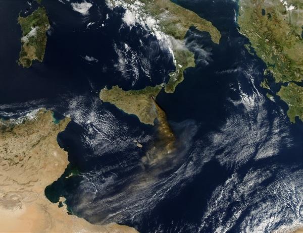 Сицилия (по центру). Вид из космоса.