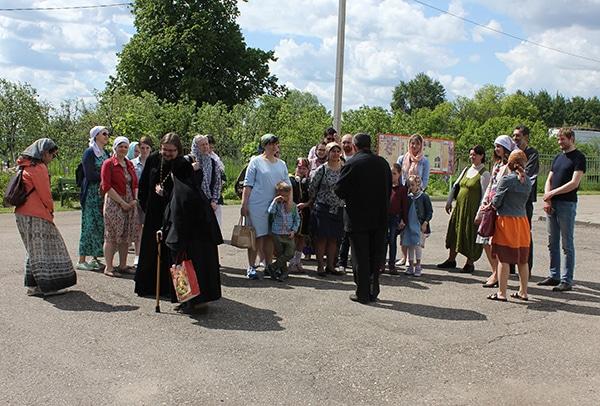Все внимаем экскурсоводу, только отец Александр отвлекся благословение местной монахини.