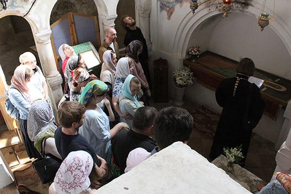 В Успенском соборе мы помолились у каменной раки святителя Леонтия, епископа Ростовского.