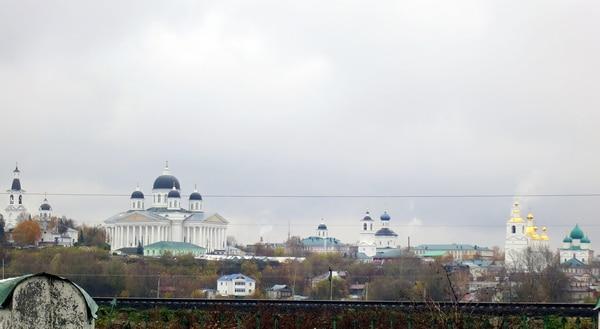С возвышенности, на которой стоит этот собор, открывается красивый вид на город, и его многочисленные храмы.