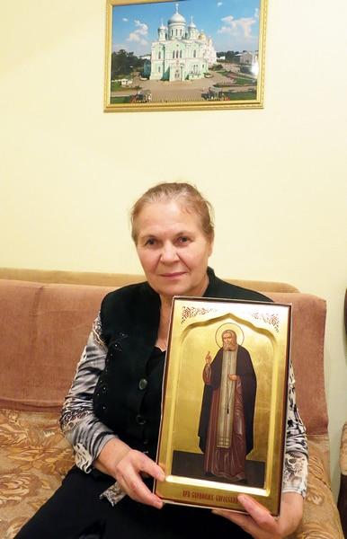 Галина Ивановна с памятным подарком - иконой Преподобного Серафима Саровского