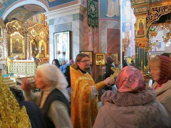 о. Александр, подает молящимся крест