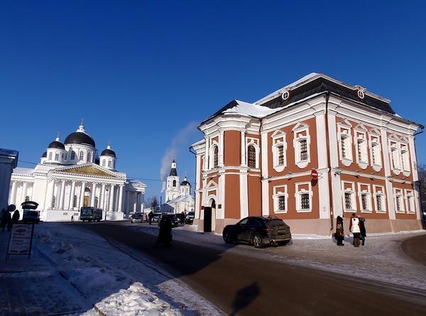Справа налево: Музей патриаршества, Церковь «Живоносный Источник», Воскресенский собор.