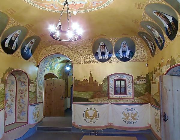 Холл музея расписан портретами всех патриархов с указанием дат их правления